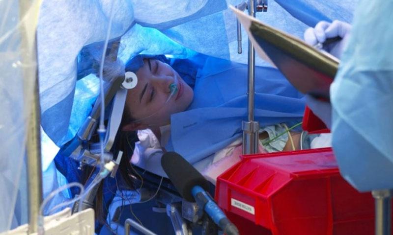 المريضة جين أثناء العملية الجراحية (لقطة من المشهد المصور)