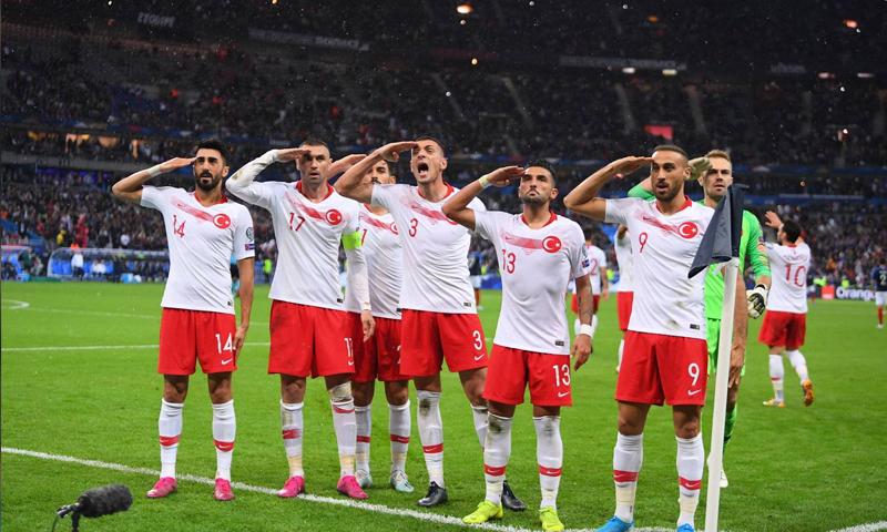 المنتخب التركي يؤدي تحية عسكرية خلال مواجهته مع فرنسا في تصفية أمم أوروبا (ليكيب)