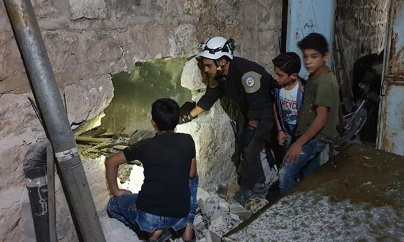 """عناصر من """"الدفاع المدني"""" يتفحصون الأضرار في أحد منازل مدينة مارع (الدفاع المدني تويتر)"""