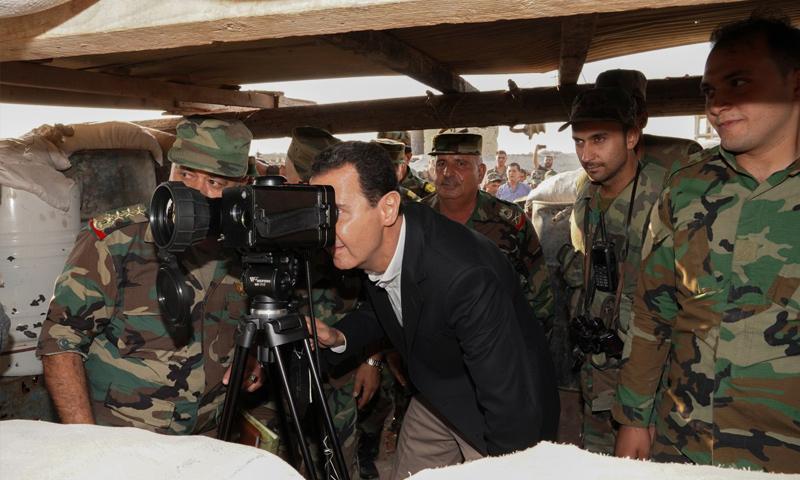 بشار الأسد في أثناء زيارة بلدة الهبيط في ريف إدلب الجنوبي- 22 من تشرين الأول (رئاسة الجمهورية)