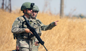جنود أتراك يمشون معًا أثناء دورية مشتركة بين الولايات المتحدة وتركيا بالقرب من تل أبيض - 8 من أيلول 2019 (رويترز)