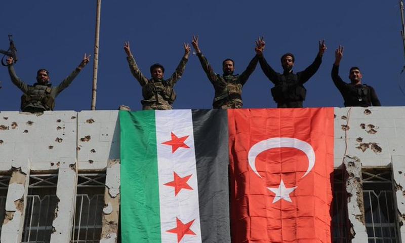 عناصر من الجيش الوطني على مبنى وسط مدينة رأس العين - 23 من تشرين الأول 2019 (تويتر)