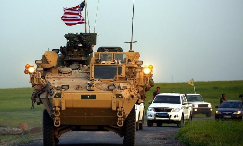 مركبة أمريكية ومن خلفها عربات لقوات كردية شمال شرقي سوريا (AFP)
