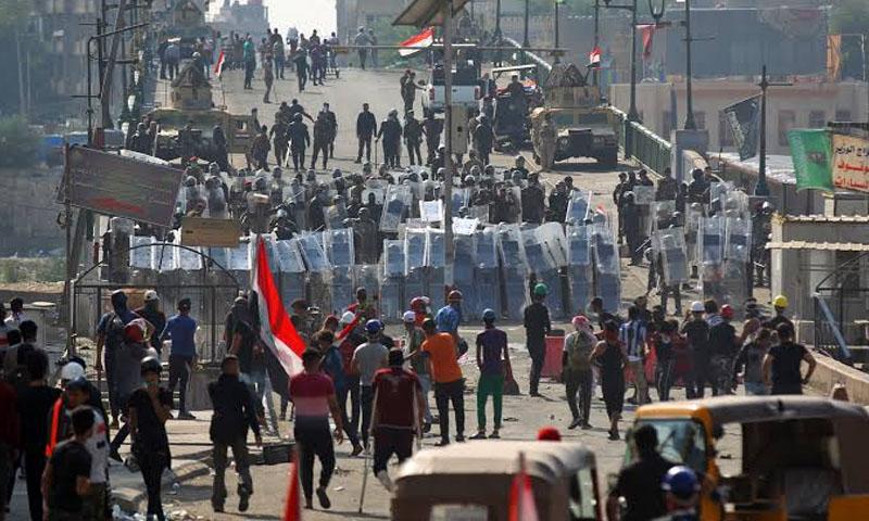 قوات الأمن العراقية تتصدى لمحتجين على جسر الشهداء في بغداد - 7 تشرين الثاني2019- (فرانس برس)