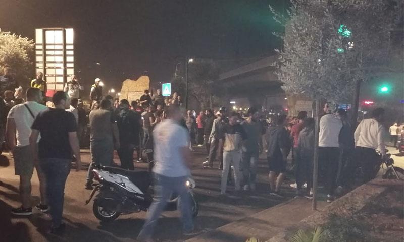 متظاهرون لبنانيون يغلقون دوار خلدة في بيروت -12 تشرين الثاني-(الوكالة الوطنية للإعلام)