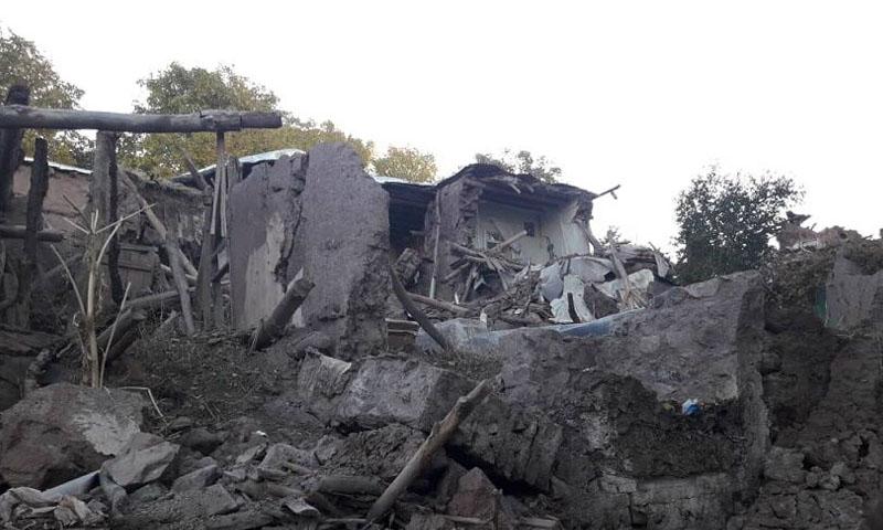 دمار المنازل في بلدة ترك الإيرانية نتيجة الزلزال - 8 تشرين الثاني- (إرنا)