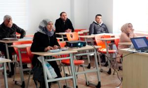 طلاب سوريون في أحد الدورات