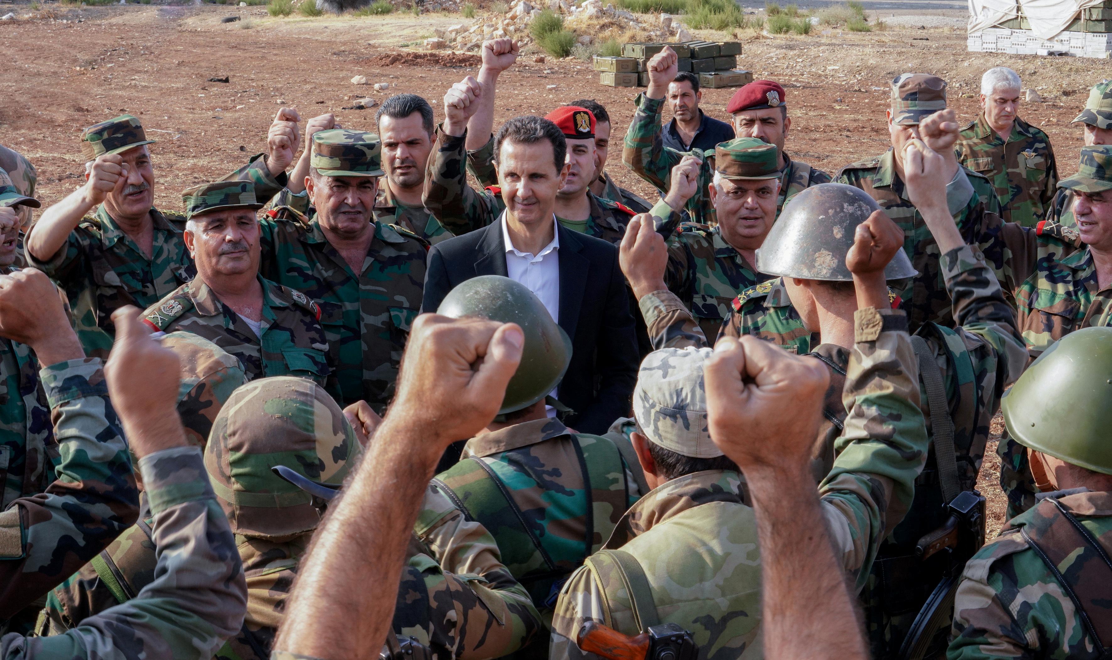 رئيس النظام السوري بشار الاسد مع عناصر جيشه في ريف إدلب - تشرين الأول 2019 (سانا)