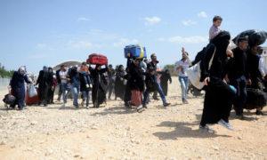سوريون يغادرون تركيا من معبر باب السلامة لقضاء إجازة العيد في بلادهم (وكالة الأناضول)