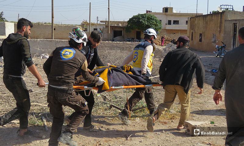 إنقاذ المدنيين من تحت الأنقاض نتيجة القصف الروسي على قرية الملاجة جنوبي إدلب -17 من تشرين الثاني- (خاص عنب بلدي)