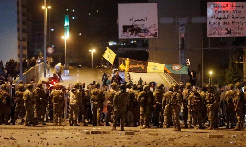 انتشار قوات الأمن اللبناني على جسر الرينغ وسط بيروت -24 تشرين الثاني 2019- (رويترز)