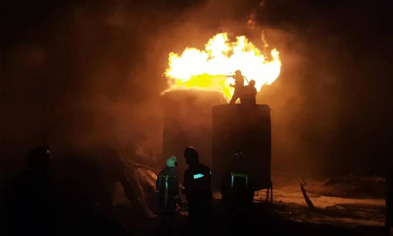 فرق الدفاع المدني السوري خلال إخماد حرائق الحراقات النفطية -25 تشرينن الثاني 2019- (صفحة الدفاع المدني فيسبوك)