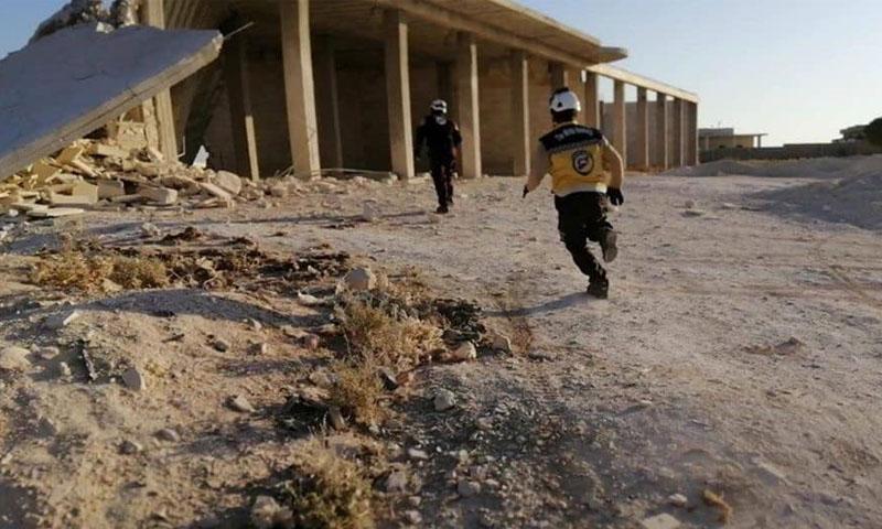 الدفاع المدني السوري خلال إخلاء الجرحى في بلدة بابيلا بريف إدلب -20 تشرين الثاني- (صفحة الدفاع المدني فيسبوك)