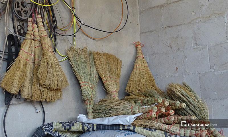 صناعة مكانس القش اليدوية في بلدة دابق بريف حلب - 17 من تشرين الثاني 2019 (عنب بلدي)
