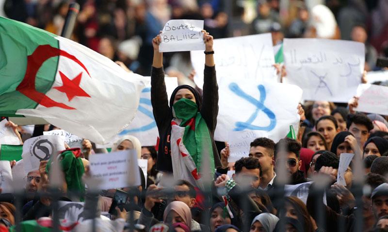 طلاب جزائرين يتظاهرون ضد الرئيس السابق عبد العزيز بوتفليقة في العاصمة الجزائر - 18 نيسان 2019 (الأناضول)
