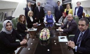 الرئيس التركي رجب طيب أردوغان، أثناء اجتماعه بالصحفيين خلال عودته من الزيارة التي قام بها في قطر، 26 من تشرين الثاني (الأناضول)