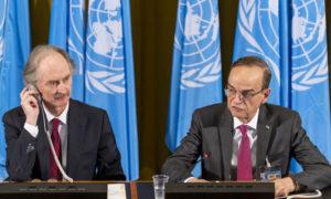 الرئيس المشترك للجنة الدستورية من جانب المعارضة هادي البحرة إلى جانب المبعوث الأممي إلى سوريا غير بيدرسون (AP)