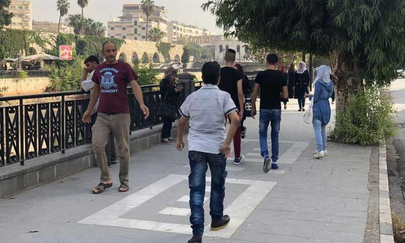 مواطنون يمشون في شارع بمدينة حماة السورية - 15 تشرين الأول 2018 (سبوتنيك)
