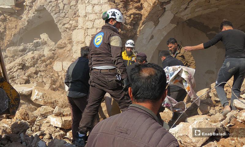 إنقاذ المدنيين من تحت الأنقاض نتيجة القصف الروسي على قرية الملاجة جنوبي إدلب - 17 من تشرين الثاني 2019 (عنب بلدي)
