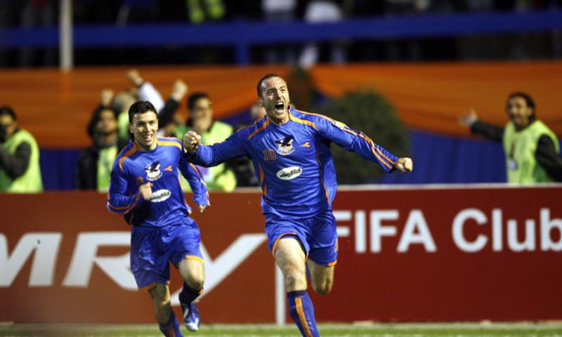 لاعبو نادي الكرامة السوري يحتفلون بهدفهم في شباك تشونبوك الكوري الجنوبي- تشرين الثاني 2006 (AFC)