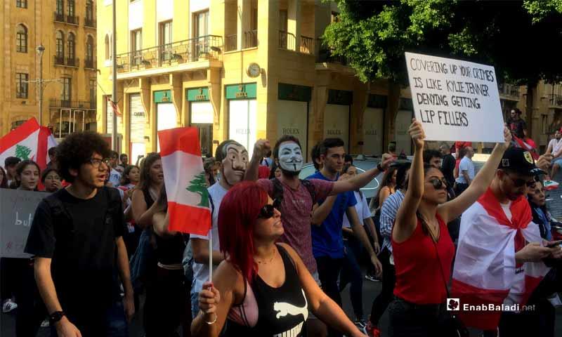 متظاهرون قرب أسواق بيروت في مركز العاصمة اللبنانية يرتدون أقنعة مستمدة من أفلام عالمية - 22 تشرين الأول 2019 (عنب بلدي)
