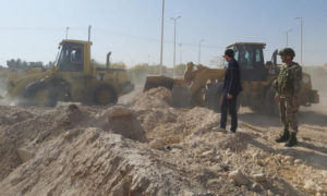 آليات تركية تبدأ بإزالة الأنقاض في مدينتي تل أبيض ورأس العين شمال شرق سوريا (الأناضول)
