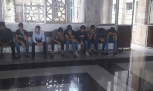 لاجئون سوريون رحلتهم السلطات التركية من ولاية أورفة إلى سوريا (حساب كوزال على فيس بوك)