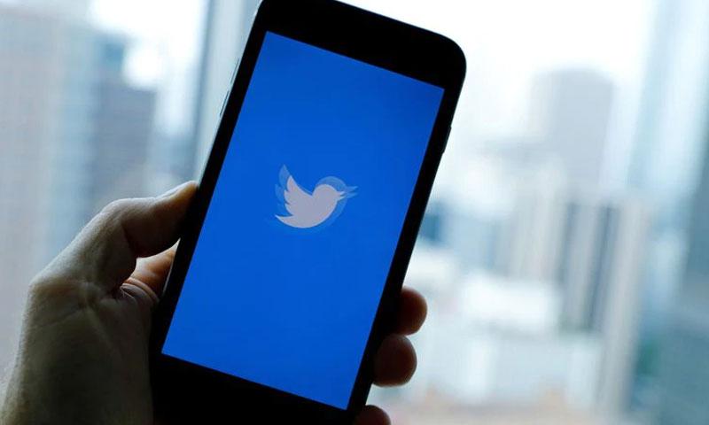صورة تويتر على أحد الهواتف المحمولة (رويترز)