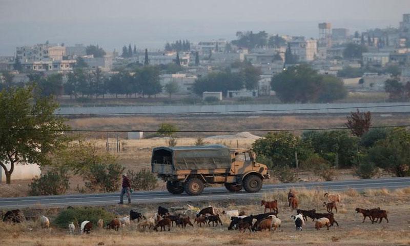 عربة عسكرية تركية تمر على طريق في بلدة على الحدود مع سوريا يوم 31 أكتوبر تشرين الأول 2019. تصوير: كمال آصلان - رويترز