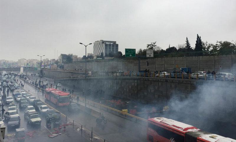 الأمن الإيراني يفرق المتظاهرين على أحد الطرق السريعة (رويترز)