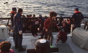 إيقاف مهاجرين غير شرعيين عبر البحر (الأناضول)