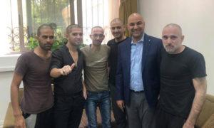 النائب الأردني طارق خوري مع خمسة أردنيين بعد خروجهم من المعقتلات السورية 8 أيلول 2019 (طارق خوري على فيس بوك)