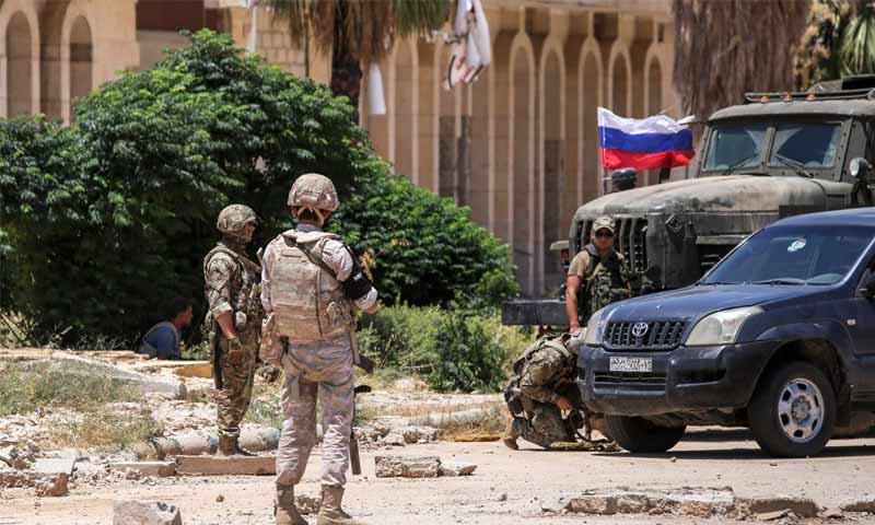 أفراد من الشرطة العسكرية الروسية عند معبر نصيب الحدودي مع الأردن في محافظة درعا- 7 من تموز 2018 (AFP)