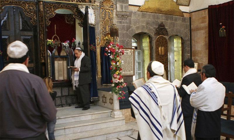 احتفال يهودي في كنيس في دمشق - 20 نيسان 2008 (AP)