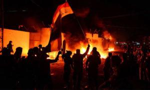 أثناء حرق المتظاهرين القتصلية الإيرانية في النجف، 27 من تشرين الثاني، (رويترز)