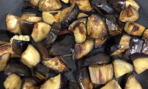 باذنجان مقطع لمكعبات لأجل وجبة الباذنجان (يوتيوب)