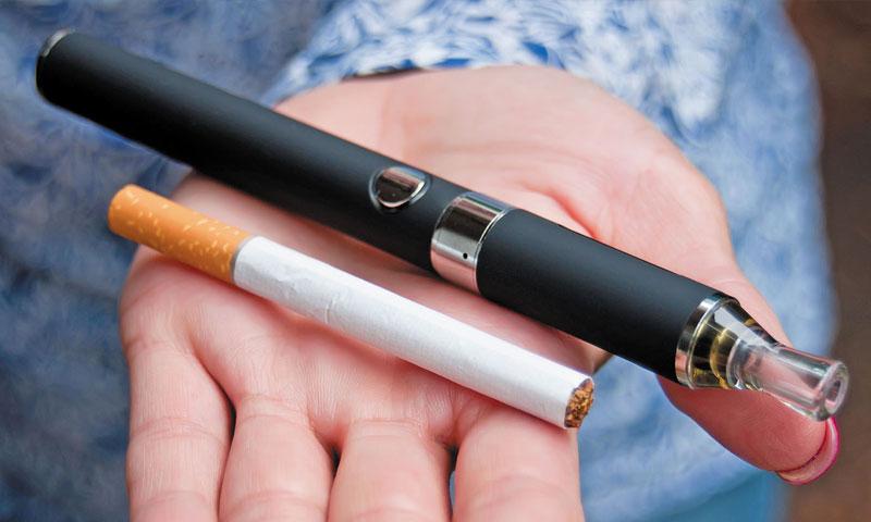 سيجارة عادية وسيجارة إلكترونية (كلية الطب في هارفارد)
