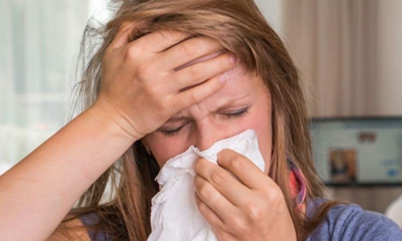 صورة تعبيرية عن امرأة مصابة بالإنفلونزا (موقع ويب طب)