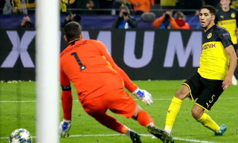 أشرف حكيمي أثناء إحرازه الهدف الثالث لدورتموند في ليلة الفوز على الإنتر 5 تشرين الثاني 2019 (getty images)