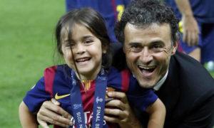 لويس إنريكي مدرب نادي برشلونة السابق، والمنتخب الإسباني الحالي مع ابنته الذي فقدها بسبب السرطان (AP)