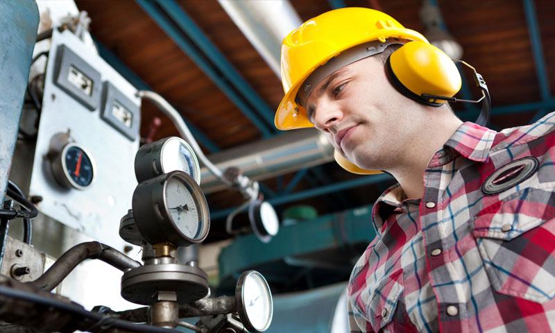 مهندس يضع سماعات واقية من الضجيج في أحد المعامل (موقع engineers journal)