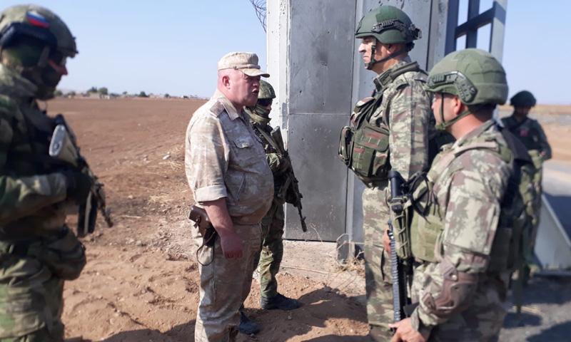 عناصر الدوريات الروسية وعناصر الدوريات التركية على الحدود السورية مع تركيا (وزارة الدفاع التركية)