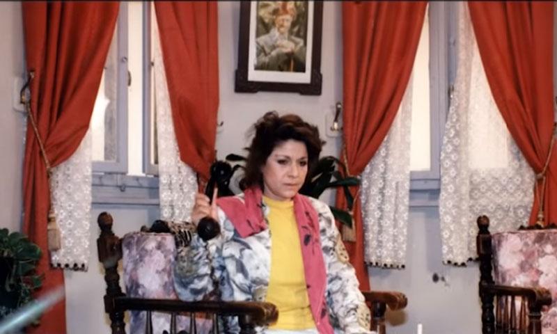 """الممثلة سامية الجزائري أثناء تصوير مسلسل """"عيلة خمس نجوم"""" 1994 (صفحة سامية الجزائري على فيس بوك)"""