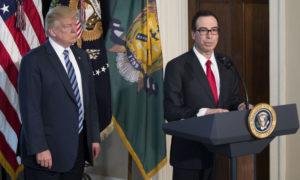 وزير الخزانة الأمريكي ستيفين منوشين إلى جانب الرئيس الأمريكي دونالد ترامب (Pool)