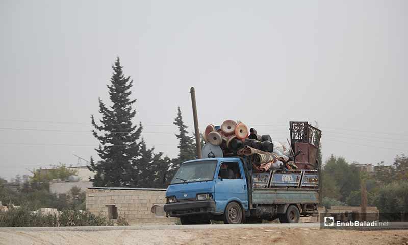 نزوح مدنيين في ريف إدلب الجنوبي والشرقي نتجية القصف الجوي المكثف من قوات النظام وروسيا على بلداتهم 28 تشرين الثاني 2019 (عنب بلدي)