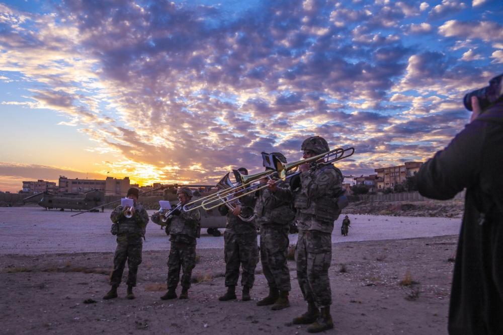 جنود أمريكان يحتفلون بعيد الميلاد في سوريا - 24 كانون الاول 2019 (U.S. Army photo)