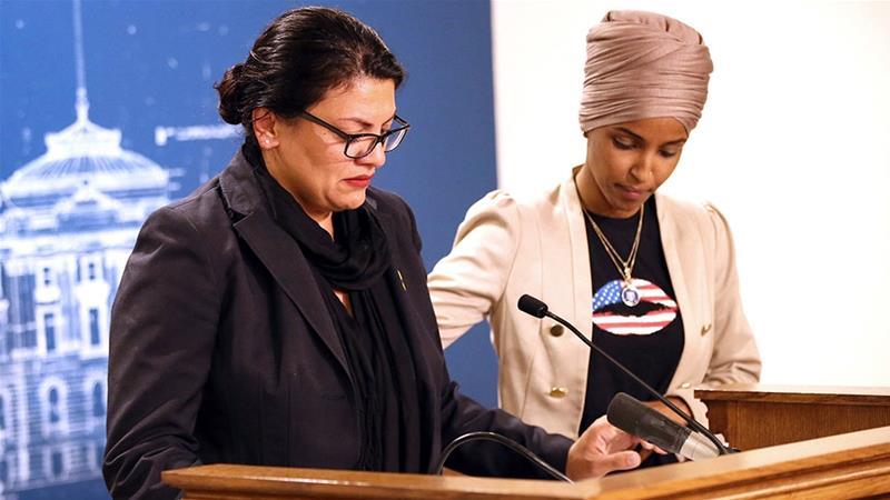 عضوة الكونغرس إلهان عمر تساند عضوة الكونغرس رشيدة طالب وهي تتحدث عن رفض إسرائيل السماح لها بزيارة البلاد (AP)