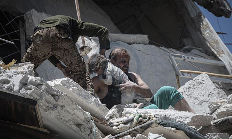 صورة الطفلة العالقة تحت الأنقاض في إدلب المشاركة في مسابقة وكالة الأناضول لاختيار صور العام 2019 (الأناضول)