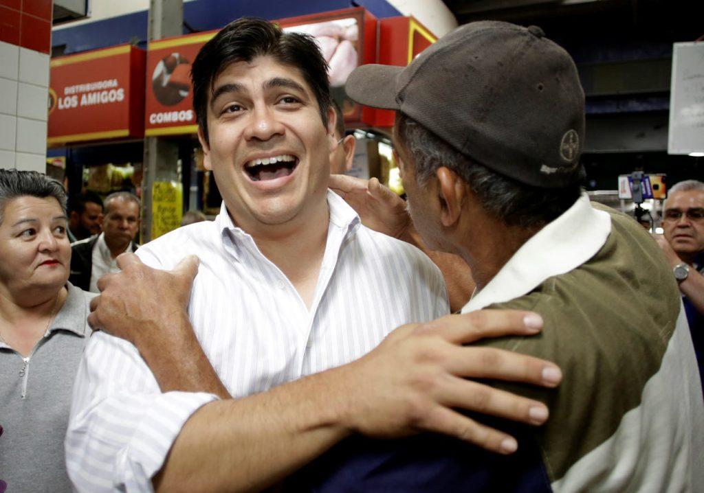 كارلوس الفارادو كيسادا يحيي مؤيديه عام 2018 (رويترز)