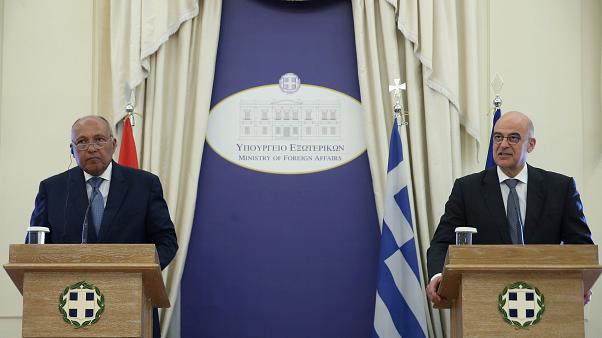 وزير الخارجية اليوناني نيكوس ديندياس ووزير الخارجية المصري سامح شكري في مؤتمر صحفي - 1 كانون الأول 2019 ()